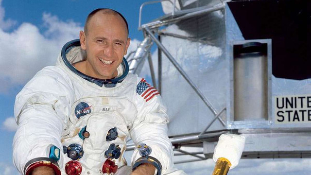 У США помер астронавт, який четвертим ступив на поверхню Місяця