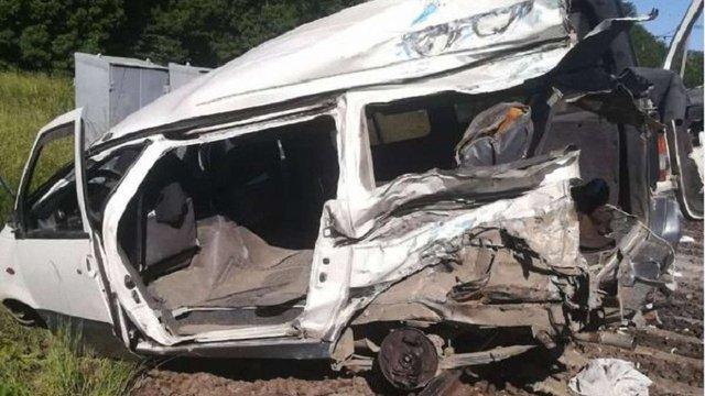 На Одещині внаслідок зіткнення поїзда з мікроавтобусом загинула 26-річна жінка
