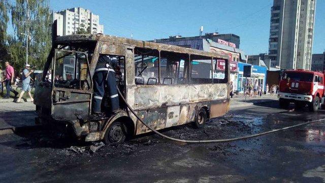 На кінцевій зупинці на Сихові згоріла маршрутка
