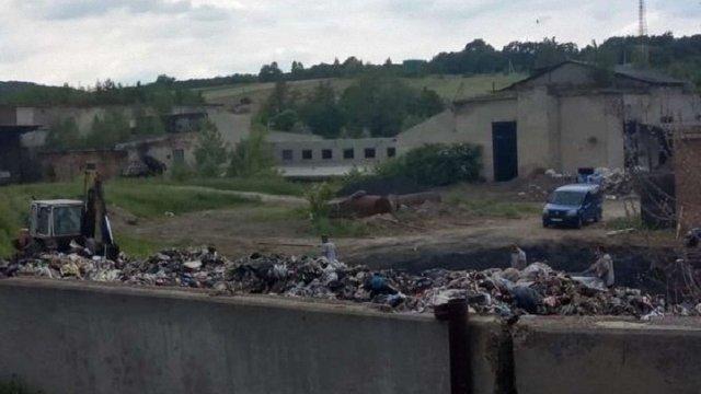У Жовкві екоінспектори виявили склад сміття на території колишнього цегельного заводу