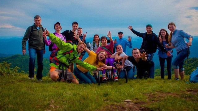 Львівські волонтери допомогли дівчині на візку піднятися на гору Парашку