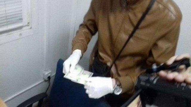 Двох працівників Львівської митниці затримали на хабарі