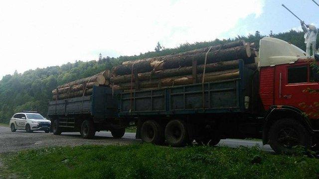 Патрульні на Львівщині виявили вантажівку з двома причепами кругляку без документів
