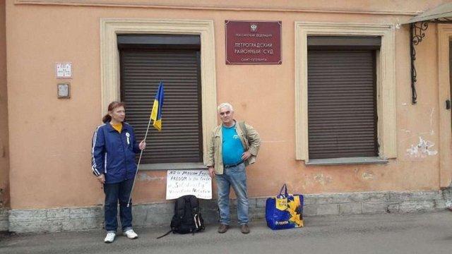 У Росії затримали трьох активістів з прапором України та плакатом на підтримку Сенцова