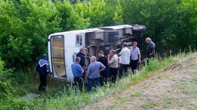 На Хмельниччині рейсовий автобус з пасажирами злетів з мосту
