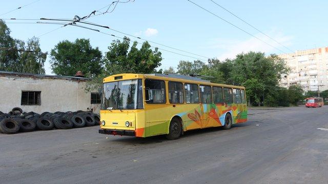 У Львові тролейбус розмалювали графіті