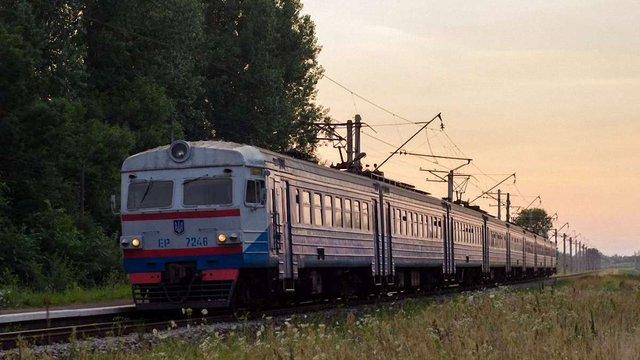 Львівська залізниця запровадила зупинку трьох електропоїздів біля озера Задорожнє