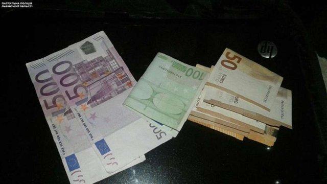 Поліція затримала львів'янина, що вкрав ноутбук та €1,6 тис. з припаркованого авто