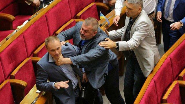 У Верховній Раді побились депутати  «Народного фронту» і  «Опозиційного блоку»
