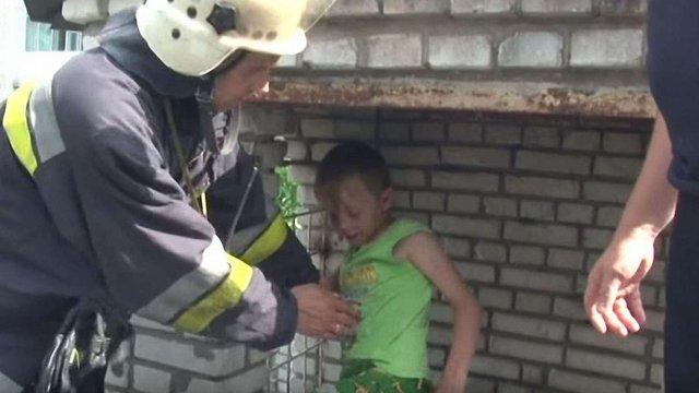 У Львові рятувальники витягнули 10-річного хлопця із будівлі-замку на дитячому майданчику