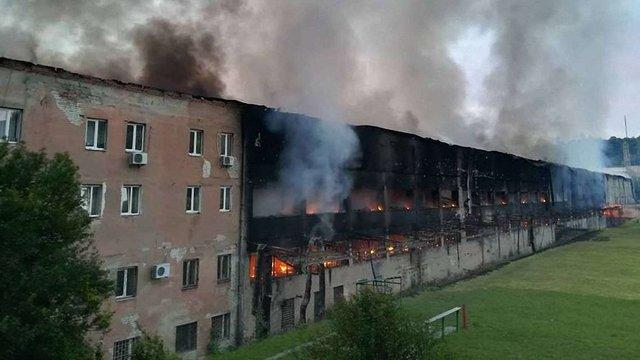 У Львові загасили масштабну пожежу на території спорткомплексу СКА