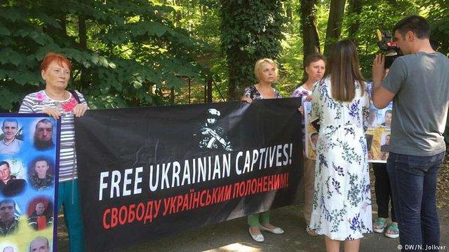 Матері українських військових у Берліні пікетували зустріч голів МЗС «нормандської четвірки»