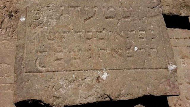 На Волині посеред поля знайшли старі єврейські надгробки