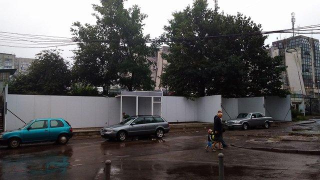 На вул. Володимира Великого вдруге намагаються незаконно встановити кілька кіосків на газоні