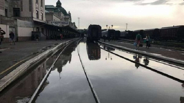 Через сильну зливу в Чернівцях підтопило залізничний вокзал