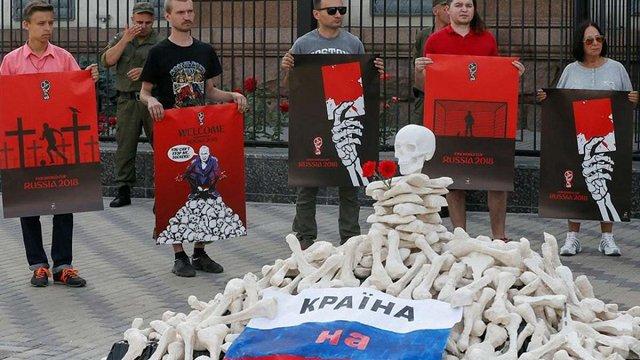У Києві склали символічну гору кісток перед посольством Росії