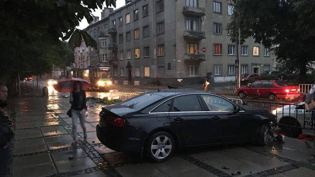 У Львові п'яний водій вчинив ДТП біля зупинки громадського транспорту