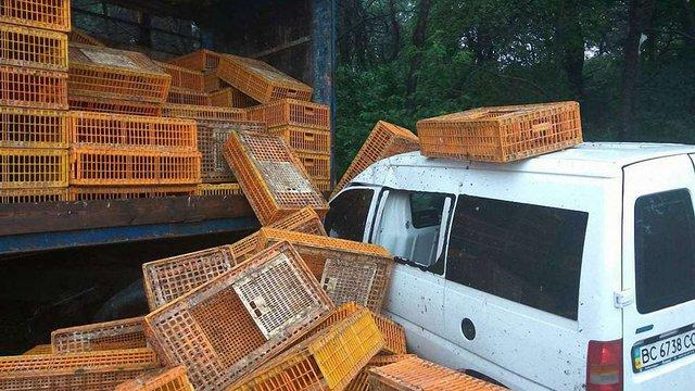 Внаслідок зіткнення фури з мікроавтобусом біля Львова постраждали троє людей