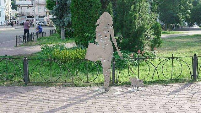 У Києві встановили скульптури, які нагадують про війну