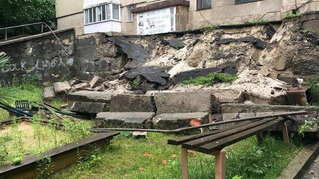 Через сильні дощі на вул. Сахарова у Львові обвалилася підпірна стіна