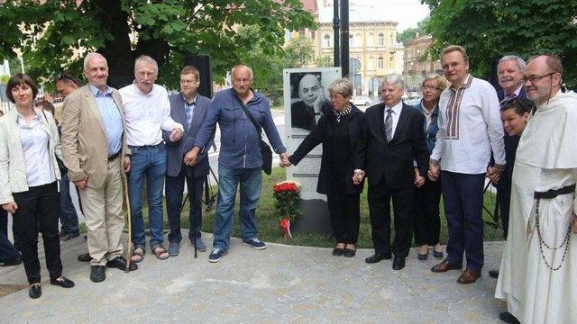 У Львові урочисто відкрили інформаційну таблицю видатному громадському діячеві Яцекові Куроню