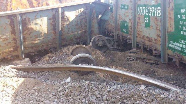 Вантажний потяг зійшов з рейок у Дніпрі