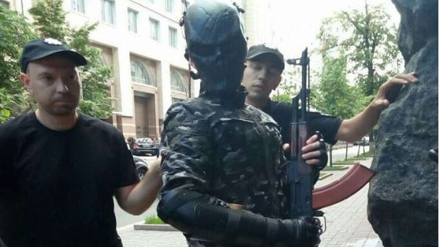 У Києві під Кабміном затримали озброєного чоловіка у масці та бронежилеті