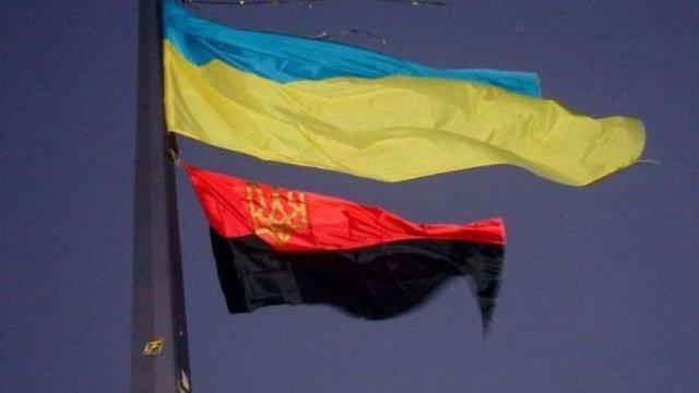 Сумська міськрада вирішила піднімати червоно-чорний прапор поряд з державним