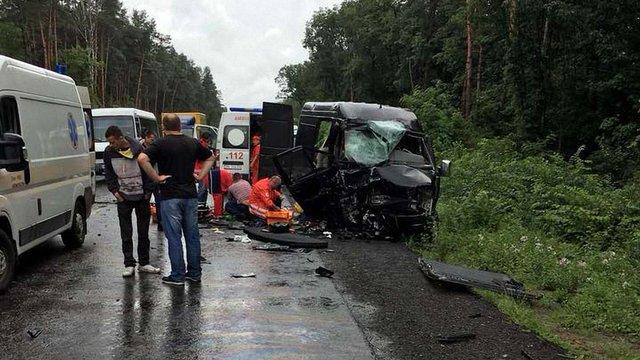 Внаслідок масштабної ДТП на Львівщині госпіталізували вісьмох іноземців, одна жінка загинула