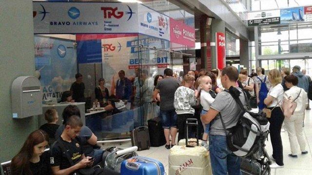 В аеропорту Києва застрягли близько 100 туристів зі скасованих рейсів у Туніс