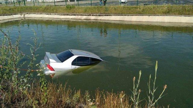 Львів'янин на Mitsubishi Lancer втопив авто в ставку біля «Арени Львів»