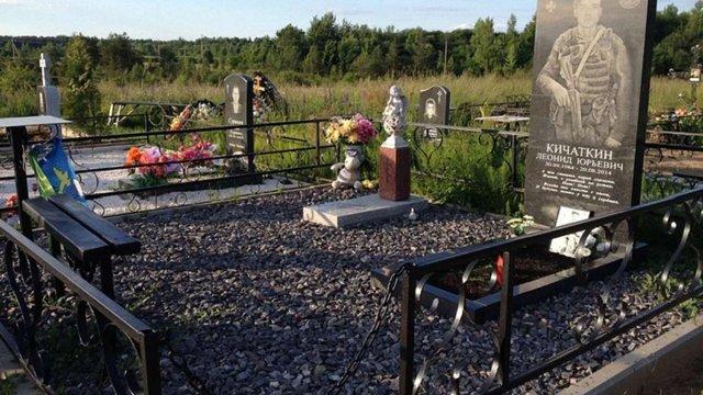У Росії на місцях поховання загиблих в Україні псковських десантників встановили надгробки