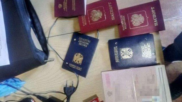 На Буковині викрили банду, яка підробляла документи для переправлення людей до ЄС