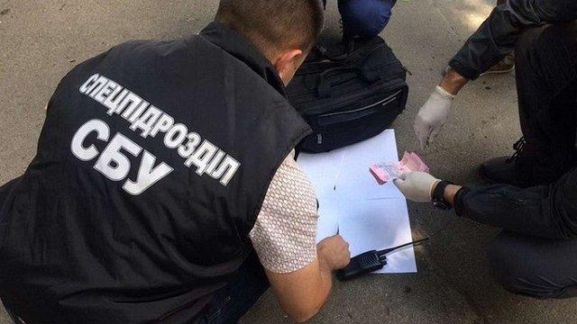 Одного з керівників поліції Хмельниччини затримали на хабарі