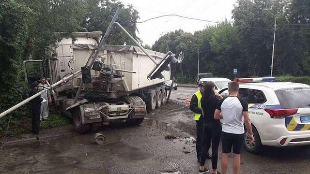Вантажівка збила електроопору і світлофор у Львові