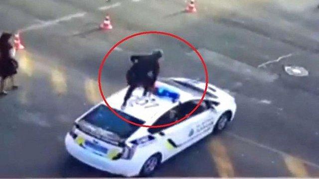 У Києві правоохоронці затримали хулігана, який застрибнув на дах поліцейського авто