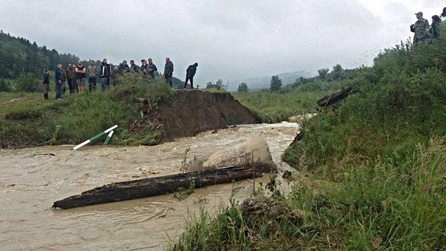 На Буковині негода зруйнувала міст, заблокувавши в лісі півсотні грибників