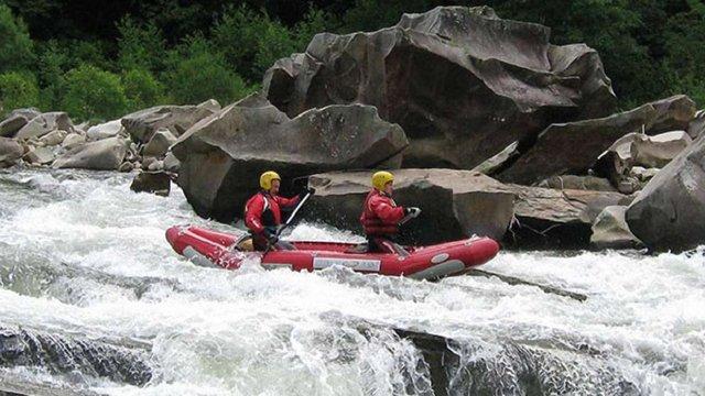 Трьох угорських туристів рятувальники витягли з річки Тиса на Закарпатті