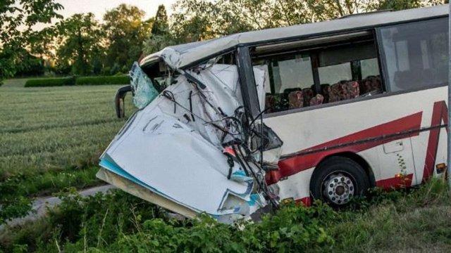 У Німеччині автобус з дітьми зіткнувся з автомобілем швидкої допомоги, постраждали 40 осіб