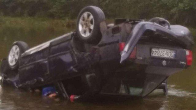 На Прикарпатті двоє чоловіків загинули у ДТП, злетівши на авто у річку