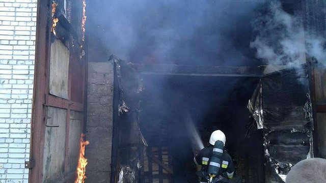 На Львівщині виникла пожежа у приміщенні для сушіння дров