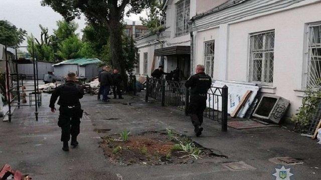 Невідомі зі стріляниною пограбували конвертцентр у Києві