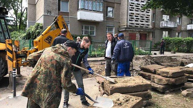 На невеликій ділянці львівської вулиці знайшли близько 150 єврейських надгробків