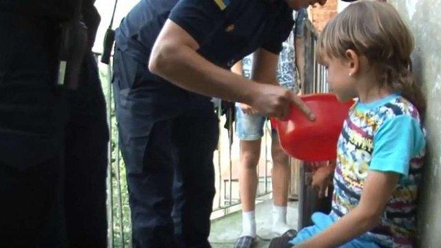Львівські рятувальники двічі допомогли хлопчику, палець якого застряг у петлі для колодки