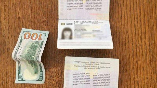 У «Краковці» 46-річна жінка намагалась підкупити прикордонника, щоб вивезти до Польщі доньку