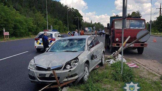 На трасі Київ-Одеса легковий Opel врізався у групу дорожніх робітників