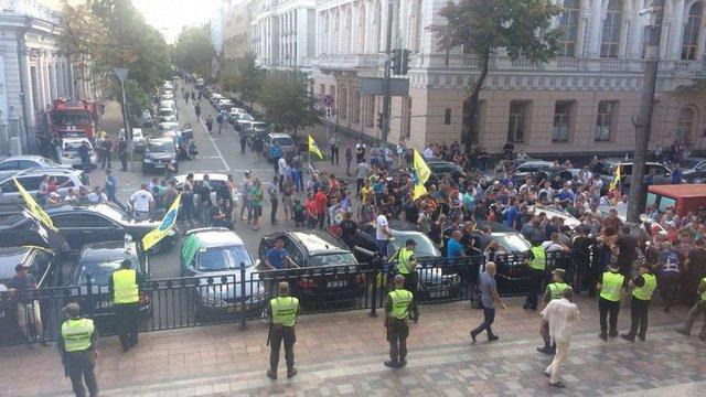 Власники авто на єврономерах заблокували виходи з Верховної Ради
