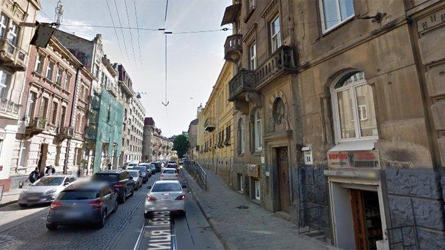 У Львові із балкону на третьому поверсі впав нетверезий чоловік