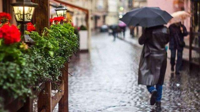 Вихідні на заході України будуть холодними й дощовими