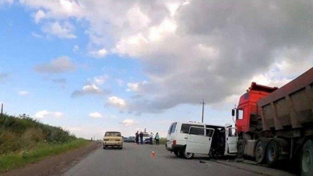 На Прикарпатті мікроавтобус зіткнувся із вантажівкою, загинуло четверо людей
